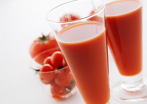 Nước ép cà chua hỗ trợ điều trị mụn đầu đen hiệu quả