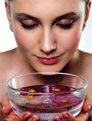 Xông mũi bằng nước nóng giúp trị mụn đầu đen trên cácnh mũi an toàn làn da
