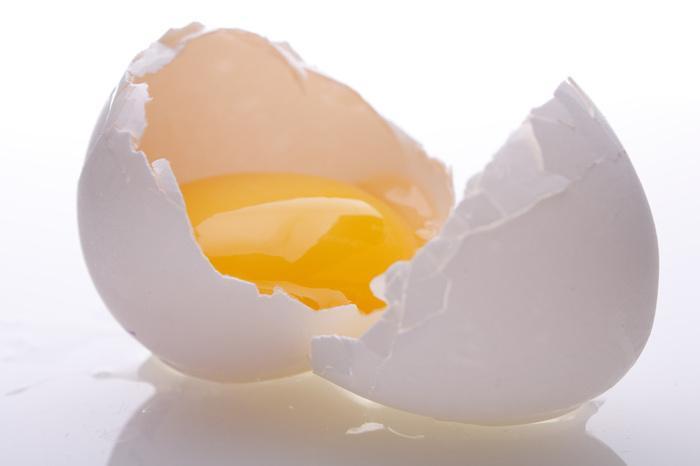 Lòng trắng trứng gà là giải pháp trị mụn đầu đen ở cánh mũi