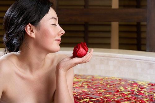 Bí quyết trị mụn đầu đen với nước hoa hồng và nước chanh