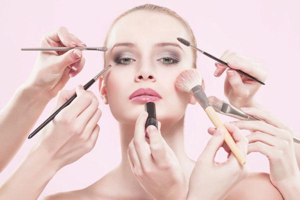Tại sao khi dùng mỹ phẩm da mặt của bạn có thể bị mụn?
