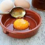 """Cách trị mụn bằng lòng đỏ trứng gà """"không đổ mồ hôi"""""""