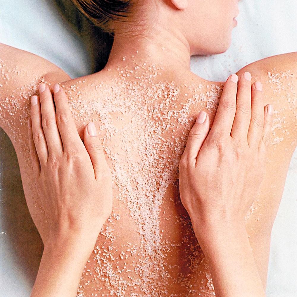 Vệ sinh da thường xuyên sẽ giúp bạn giảm mụn ở lưng