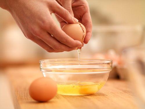 đắp mặt nạ lòng đỏ trứng gà 3