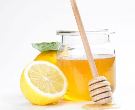 Kết hợp mật ong với trái chanh để được hộn hợp trị mụn đầu đen hiệu quả