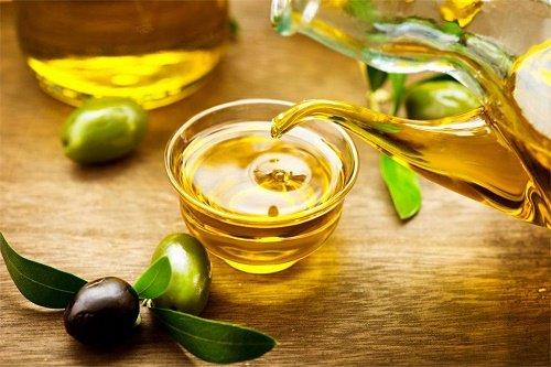 trị mụn đầu đen bằng dầu oliu 23