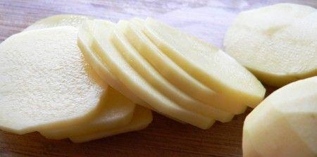 Thái lát khoai tây chà lên da mặt để trị mụn đầu đen