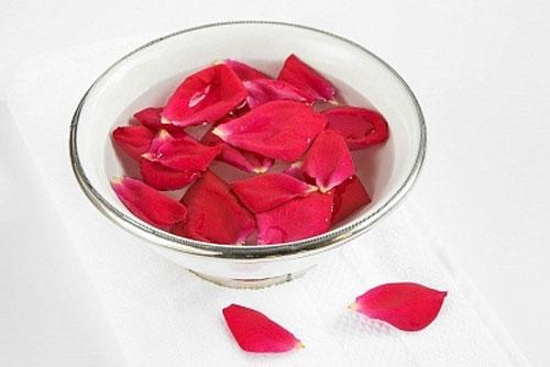 Rửa mặt thật sạch với nước hoa hồng giúp làm se khít lỗ chân lông